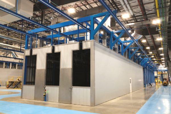 Le barre portapezzi si muovo al di fuori (sopra) delle fasi attive (granigliatura, pretrattamento chimico, forni)
