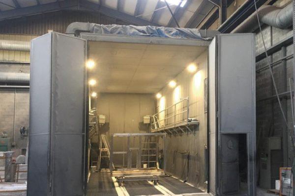 Grande cabina di granigliatura manuale.
