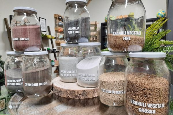In bella mostra negli uffici dell'azienda tutti i tipi di graniglie e microgranuli di vari materiali (dai polimeri ai semi naturali) che vengono usati magistralmente da Francesco Lanzi per trattare i vari materiali.