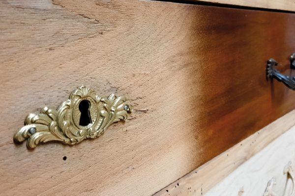 Anche il legno può essere sverniciato e pulito utilizzando la tecnica della granigliatura con i microgranuli adeguati. Una tecnica che Francesco Lanzillotta utilizza anche per restauri delicati e in presenza di materiali differenti (legno e fusioni, come in questa immagine).