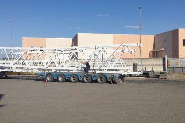 Gli speciali camion per la spedizione delle strutture verniciate.