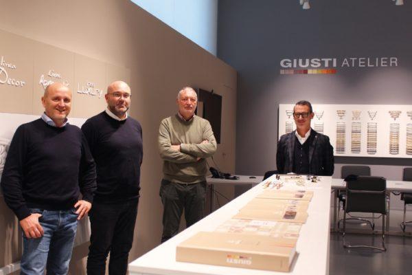 Andrea Giusti, titolare dell'omonima azienda (il secondo da sinistra) con Maurizio Schio di Emporio del Colore (il primo a sinistra), Davide De Pieri e Cristian Sala, rispettivamente Direttore Tecnico settore Industria e direttore Commerciale di Vernici Caldart.