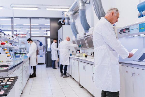 Il laboratorio della sede veneta di Vernici Caldart è un supporto necessario allo sviluppo dei prodotti vernicianti secondo le esigenze dei clienti.