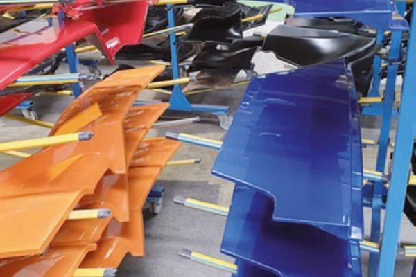Sempre nel secondo impianto vengono verniciati componenti plastici (in questo caso carter di mezzi agricoli).
