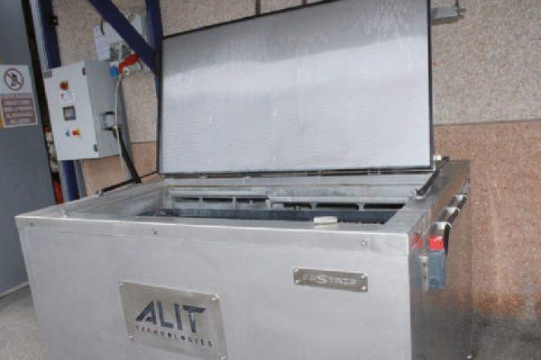 Dettaglio della vasca di sverniciatura chimica Fastrip T5 di Alit Technologies, voluta da Metra Color per sverniciare internamente ganci, bilancelle e altro