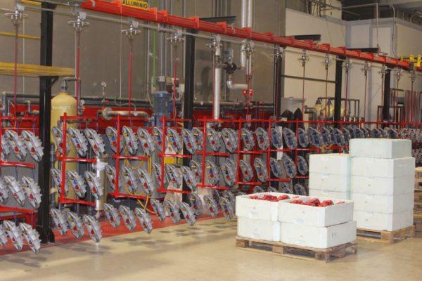 Le pinze freno, appena caricate sulla linea, vengono trasportate verso il tunnel di pretrattamento a tre fasi, con prodotto nanotecnologico di Henkel (Bonderite).