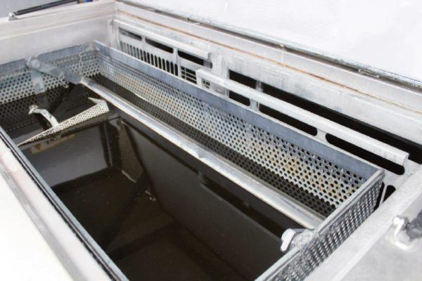 Dettaglio del cesto in cui si collocano i ganci per la sverniciatura, personalizzabile a seconda delle esigenze
