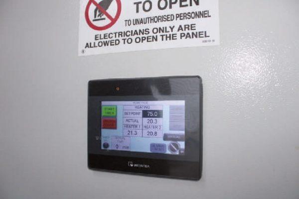 Il quadro di controllo touch screen plug and play collegato al sistema di sverniciatura, con cui è possibile impostare i parametri di processo (temperatura e tempo), o programmare i cicli.