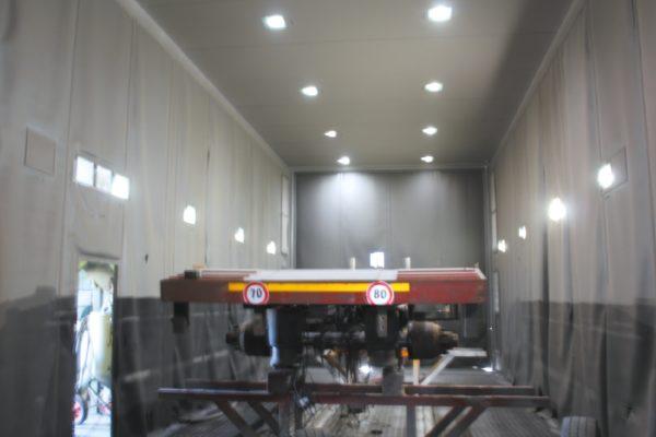 La grande cabina di sabbiatura/ metallizzazione.