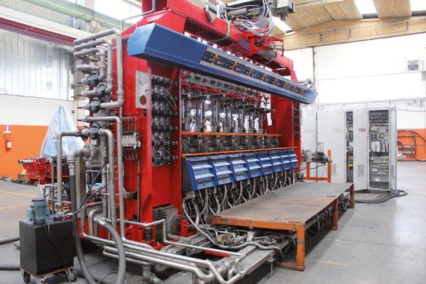 Un impianto per la produzione di contenitori in vetro cavo – bottiglie, ad esempio – della Ergon Meccanica di Dego, in provincia di Savona.