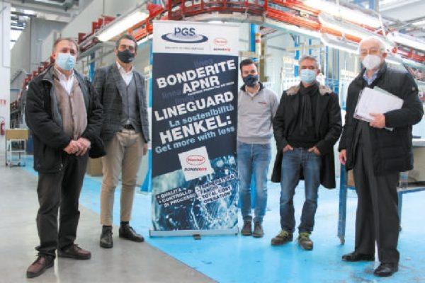 Paolo Ragaini, il responsabile operazioni dell'azienda, secondo da destra, insieme a Danilo O. Malavolti e, da sinistra, Pierluigi Cerioli (Henkel, Luca Bronzo e Cristian Masciotti (PGS).