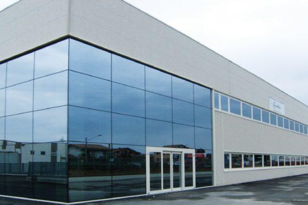 La produzione a Bottanuco è distribuita su oltre 15.000 m2 e prevede il ciclo completo, dalla progettazione, produzione, verniciatura e confezionamento dei contenitori