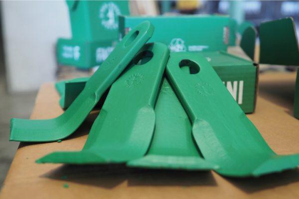 Più di 2000 tipi diversi di utensili sono nel catalogo dello Zappettificio Facchini, azienda altamente automatizzata. Nella foto gli utensili verdi verniciati a immersione con Polistuc Plant Based, vernice all'acqua con materie prime da fonti rinnovabili di Polistuc Metal.