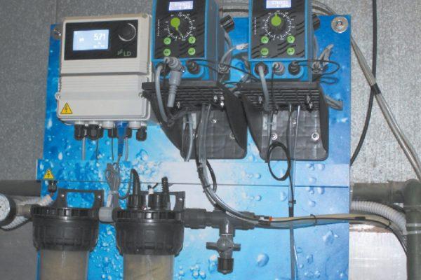 Il controllo dello sgrassaggio acido bicomponente a bassa temperatura. Il bagno è controllato e regolato in continuo. Il sistema è connesso al sistema centrale di gestione della linea, che memorizza la situazione in ogni momento (garantisce la tracciabilità del processo) e fornisce le informazioni necessarie al supervisore della linea.