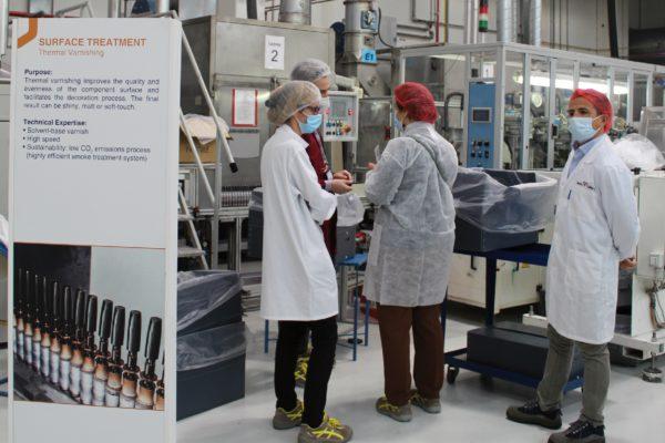 """Nella zona dove è installato l'impianto di verniciatura """"termico"""" cioè con essiccazione tradizionale, il gruppo in visita all'azienda."""