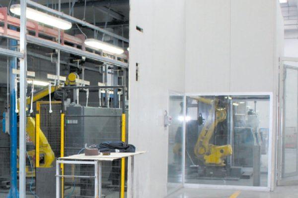 La doppia stazione robotizzata di preparazione in linea (spazzolatura) delle superfici dei radiatori, prima dell'ingresso nel tunnel di pretrattamento.