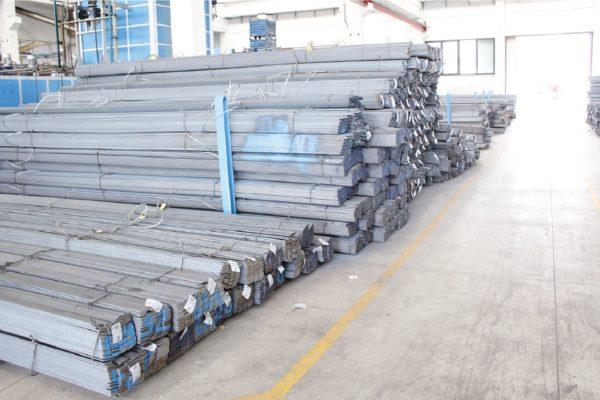 La lavorazione degli utensili inizia con il taglio delle barre di acciaio.