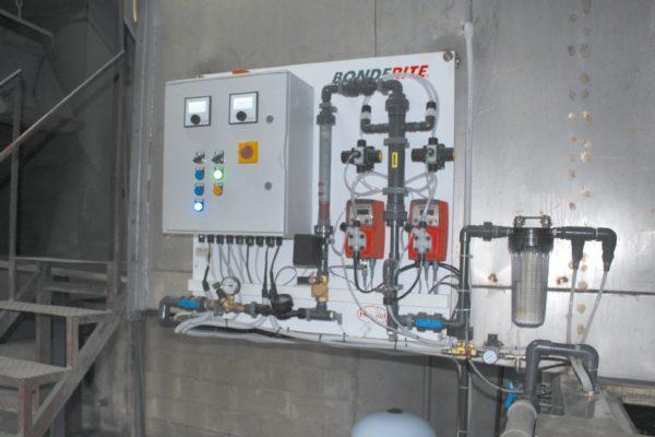 La centralina del sistema APNR. Miscela il componente nanotecnologico attivo con l'acqua osmotizzata proveniente dalla vasca dedicata, nelle quantità richieste in ogni momento. VerindCar usa un prodotto nanotecnologico multimetal.