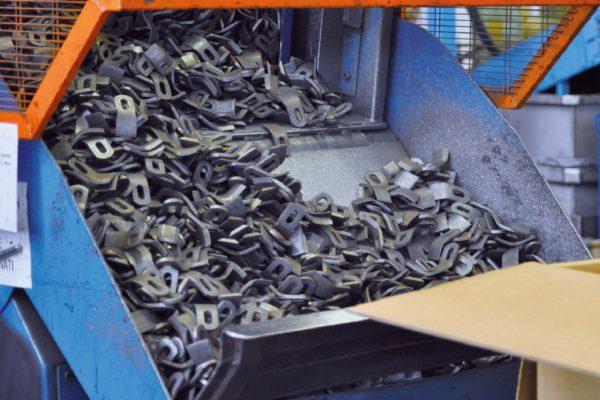 Dopo la forgia i pezzi proseguono al lavaggio chimico, operazione che serve a togliere la calamina.