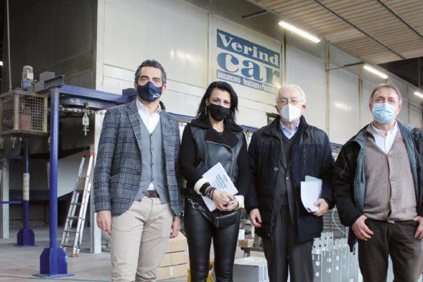 Il forno a campana, in secondo piano. Da destra, Marcello Camucci, che gestisce le operazioni dell'azienda, Danilo O. Malavolti, Lorena Manocchi, e Luca Bronzo (PGS).