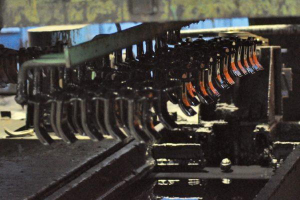 La verniciatura avviene per immersione nelle vasche riempite con il prodotto verniciante di Polistuc Metal all'acqua con materie prime da fonti rinnovabili Polistuc Plant Based, cioè da scarto dell'agricoltura non utilizzabili nell'alimentazione umana.