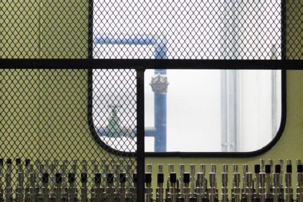 L'applicazione dell'effetto metallico avviene all'interno di una camera PVD sputtering in 13 secondi.