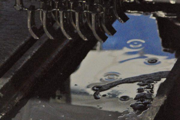 La vasca, dopo l'immersione dei pezzi, scende per riposizionarsi in basso. I pezzi permangono circa 10 min per scolare l'eccesso di vernice.