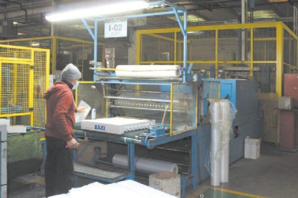 Una delle linee di imballaggio, previo controllo finale visivo della qualità.